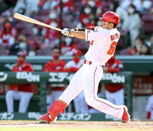 4回1死、西川龍馬がレフトポール直撃の先制ソロ本塁打を放つ