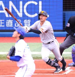 1回無死、吉川尚輝が初球先頭打者本塁打を放つ(投手・上茶谷)