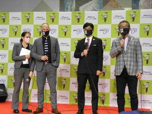 前橋競輪場でトークショーを行ったブノワ・ベトゥヘッドコーチ(左から2人目)と、佐々木龍也氏(同3人目)