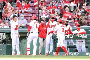 5回2死一、二塁、左越えへ3ラン本塁打を放った鈴木誠也(1)らを迎える中村祐太(左)ら広島ナイン