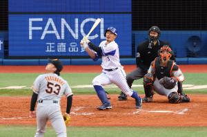 7回無死満塁、右中間へ逆転満塁本塁打を放つ梶谷隆幸