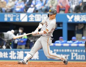 5回1死一塁、右前安打を放つ大城卓三(カメラ・中島 傑)