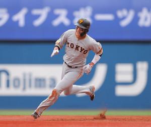 3回1死一塁、岡本和真の右前安打で一塁から三塁に進む坂本勇人(カメラ・中島 傑)