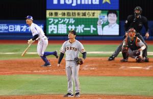 8回2死三塁、梶谷隆幸に右越えに2ラン本塁打を打たれた桜井俊貴(カメラ・竜田 卓)