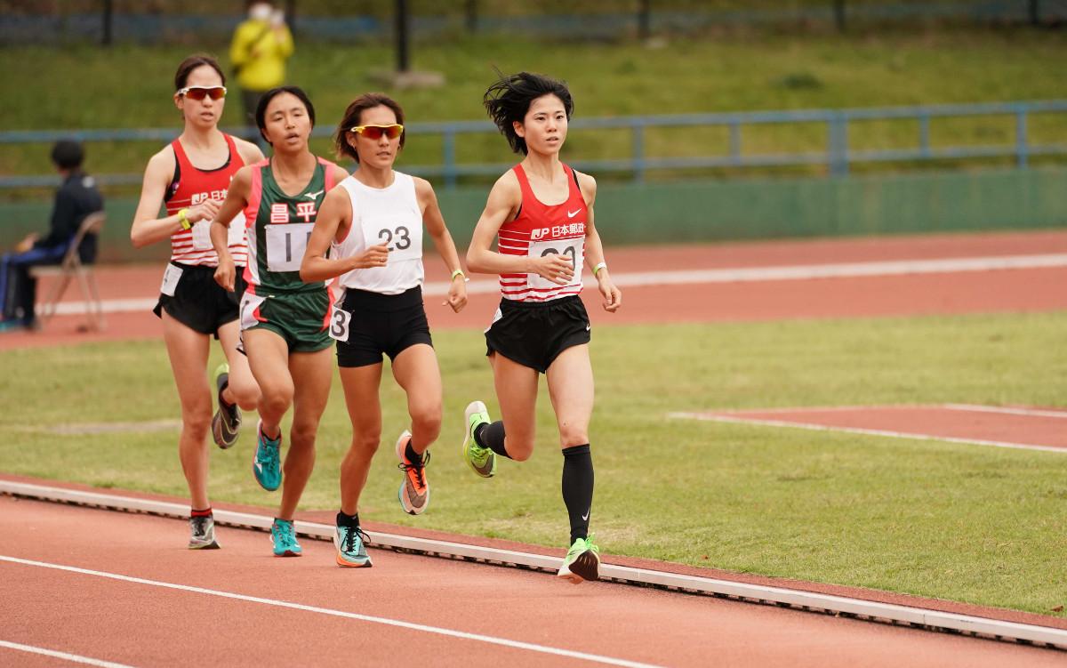 東海大長距離競技会女子3000メートル最終組で集団を引っ張る鈴木亜由子(先頭)
