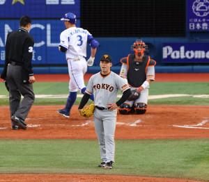 7回無死満塁、梶谷隆幸に右中間へ逆転となる満塁本塁打を打たれた高梨雄平(カメラ・竜田 卓)