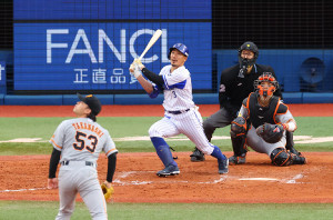 7回無死満塁、右中間へ逆転満塁本塁打を放つ梶谷隆幸(投手・高梨)