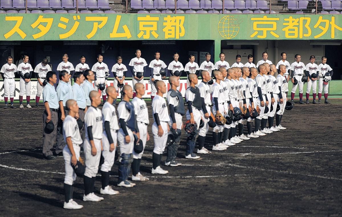 敗れた山田ナインはベンチ前に整列し、悔しそうに龍谷大平安(手前)の校歌を聞く(カメラ・谷口 健二)