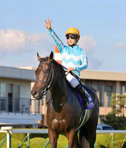デアリングタクト(松山弘平騎手)が史上初の無敗での牝馬三冠を達成(カメラ・高橋 由二)