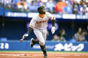 1回無死、吉川尚が右越えに先頭打者本塁打を放つ(カメラ・矢口 亨)