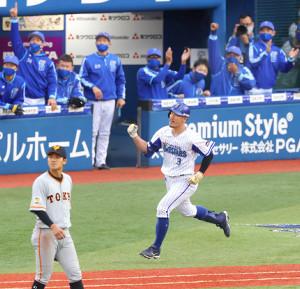 7回無死、梶谷が右中間へ逆転満塁本塁打を放ちガッツポーズ(カメラ・竜田 卓)