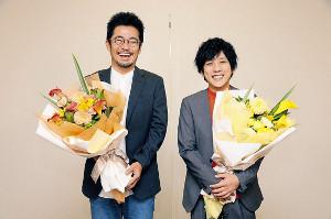 受賞の知らせに笑顔を見せる二宮和也(右)と中野量太監督