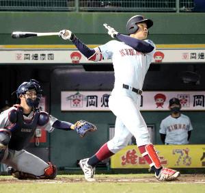 11回無死一、二塁、近大・佐藤が右越えにリーグ新記録となる通算14号の決勝3ランを放つ