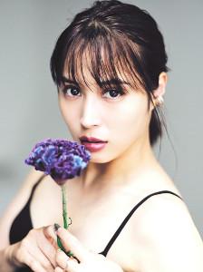花を手に妖艶な表情を見せる広瀬アリス
