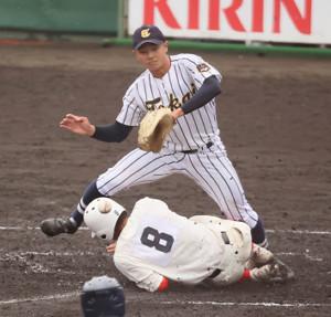 5回2死三塁、東海大大阪仰星の投手・高橋玲央(上)の暴投で三塁から宮坂厚希が生還 (カメラ・馬場 秀則)