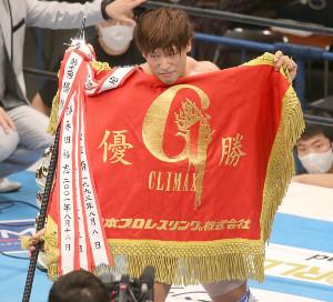 史上3人目のG1V2を成し遂げ、優勝旗を広げて見せた飯伏幸太(カメラ・泉 貫太)