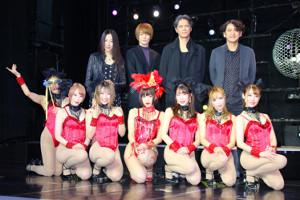 「浅草ロック座」の踊り子たちと記念撮影する(後列左から)矢沢ようこ、犬飼貴丈、加藤雅也、時川英之監督