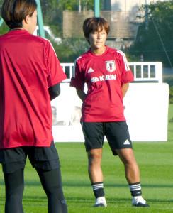 なでしこジャパンのFW岩渕真奈(右)と、高倉麻子監督