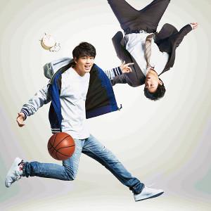 17歳(左)と35歳の主人公を演じる竹内涼真