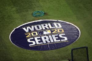 マウンドに敷かれたワールドシリーズのロゴ入りシート(ロイター)