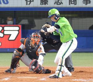 9回2死満塁、山田哲人が押し出し四球を選ぶ(捕手・大城卓三)(カメラ・相川 和寛)