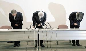 深々と頭を下げて謝罪する仙台の(左から)渡辺取締役、菊池社長、丹治強化育成本部長