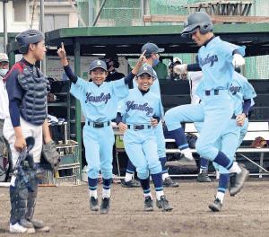 ジャンプしてサヨナラのホームを踏む辰巳を出迎える滋賀野洲ナイン