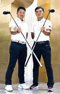 プロツアーでの飛躍を思い描くゴルフ部の若原亮太主将(右)と砂川公佑