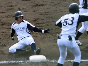 3回無死一塁、右中間へ先制の適時三塁打を放った独協大・並木(左)