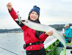 晴山由梨ちゃんが釣った120センチの大型タチウオ。魚体の幅は指7本分あった