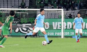 前半、ドリブルしながらパスコースを探す磐田MF遠藤