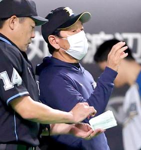 7回の攻撃後、選手交代を告げる栗山監督(カメラ・宮崎 亮太)