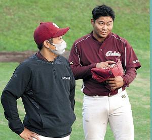 練習で会話を交わす札幌学院大・近藤(右)と平間監督