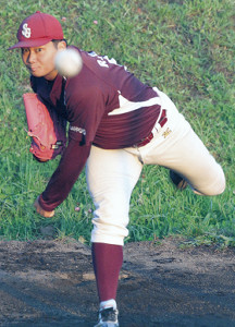 ブルペンで投球練習する札幌学院大・近藤