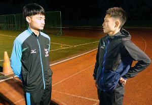 関東学生連合入りが濃厚な町田(左)は真剣な表情で今井の激励に聞き入った