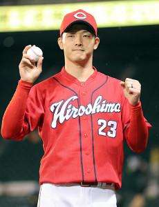 今季初勝利を挙げ、ウイニングボールを手にガッツポーズする薮田和樹