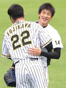 キャッチボールを終え、藤川球児(手前)と抱擁する能見篤史(カメラ・岩崎 龍一)