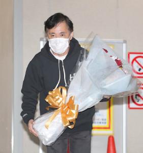 23日、ラジオの生放送終了後、報道陣の質問に答えた岡村隆史