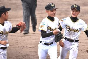 優勝し、笑顔の岡田(中)ら東広島ナイン