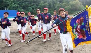優勝し喜ぶ松山中央ナイン