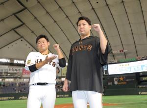 勝利しガッツポーズをする今村信貴(右)と田口麗斗