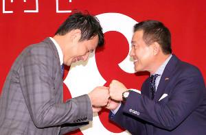 原辰徳監督(右)とグータッチをする岩隈久志(カメラ・中島 傑)
