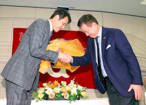 引退会見で原監督(右)と感極まった表情で握手を交わす岩隈(カメラ・中島 傑)