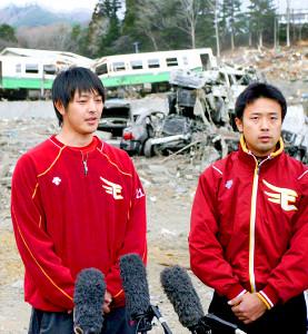 2011年4月8日、宮城・女川町にて津波で破壊された車両を背に取材に応じる楽天・岩隈久志(左)と鉄平