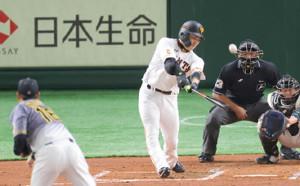 2回1死、中越えソロ本塁打を放つ丸佳浩(投手は西勇輝、捕手は梅野隆太郎=カメラ・宮崎 亮太)