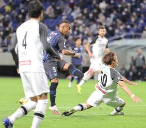 後半44分、決勝ゴールを決めるG大阪FWアデミウソン(中央)