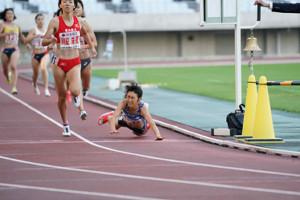 女子800メートルを制すも、ゴール直前にバランスを崩して転倒した田中希実