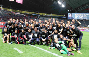 J1通算200勝に到達し、記念写真に納まる札幌の選手たち(同クラブ提供)
