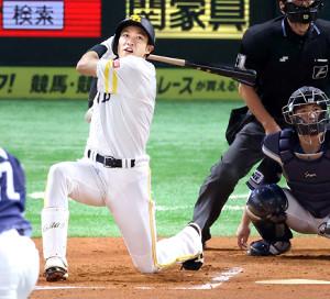 6回1死、膝をつきながら左中間に二塁打を放つ柳田(カメラ・石田 順平)