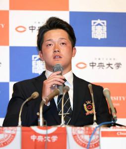 記者会見するDeNA2位指名の牧秀悟(カメラ・竜田 卓)